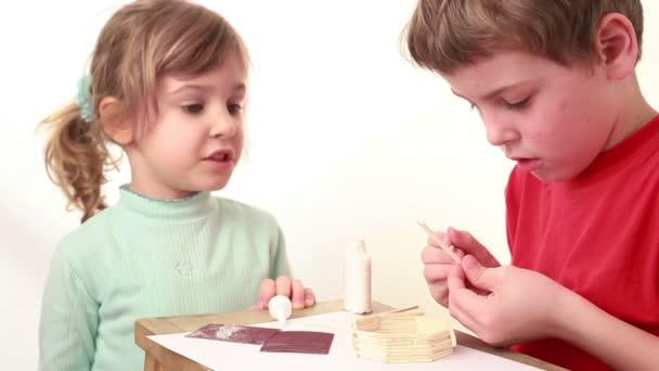 Meisje Iets Vertellen Jongen Die Lijm Op Stick Toepassen En Hechten Aan Muur Van Wedstrijd Huis