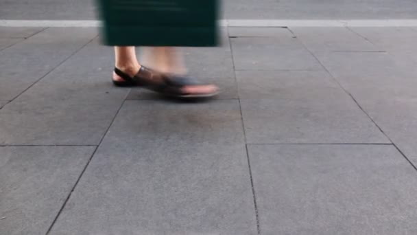 národy nohy v létě boty jít dlažby kamenné desky
