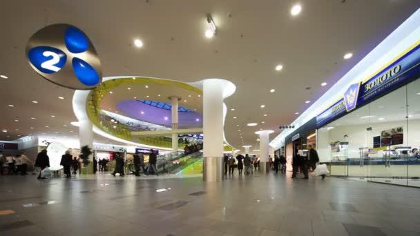 lidé na druhém patře nové nákupní a zábavní centrum troyka