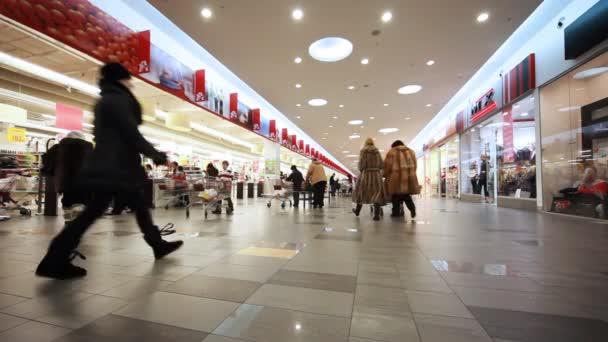 chlapec tlačí vozík v nové nákupní a zábavní centrum troyka
