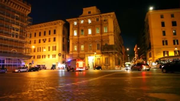 požární vůz rychle na osvětlené Benátky náměstí v Římě
