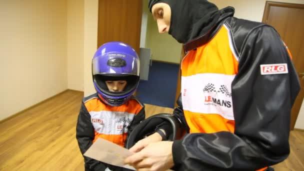 Vater gibt Sohn Anweisungen vor Go-Cart-Rennen