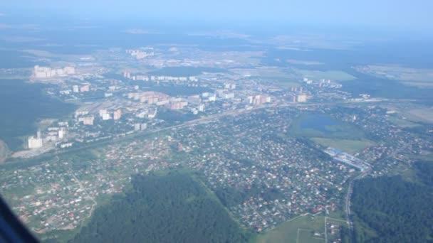 Prohlédni na krajinu osídlení a Les z okna létání letadla