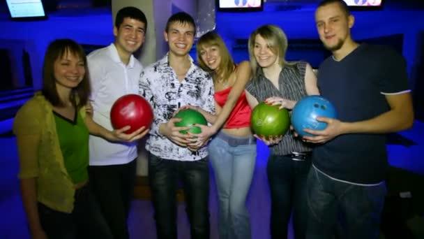 šest přátel zůstat s míčky v bowling Clubu