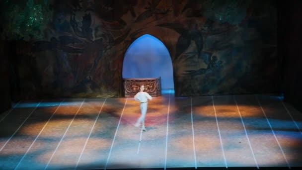 jeden tanečník baletu je obrátil na scéně