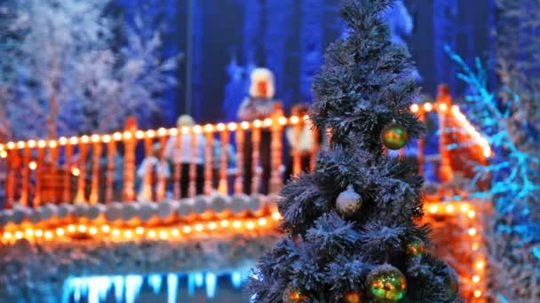 árbol De Navidad Y Detrás De él En Mujer De Desenfoque En Casa Con Terraza