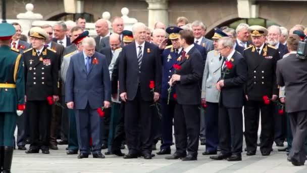 premiér Rusko v.putin chodit a pozdraví politikové a vojenští