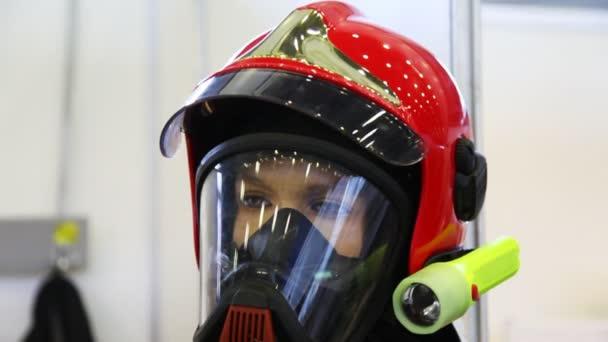 ochranný oblek s přilbou, plynovou masku a manometrem pro hasiče