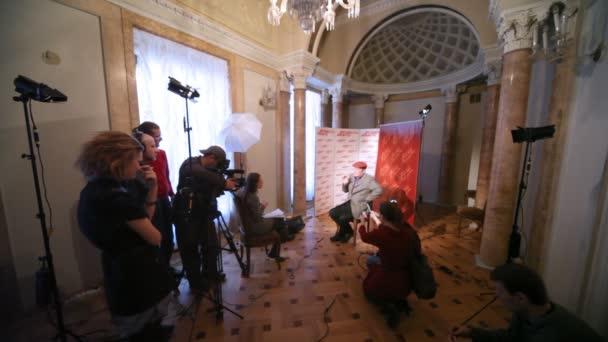 populární herec Alexandr filippenko dává rozhovor s novináři o filmu mistr a Markétka