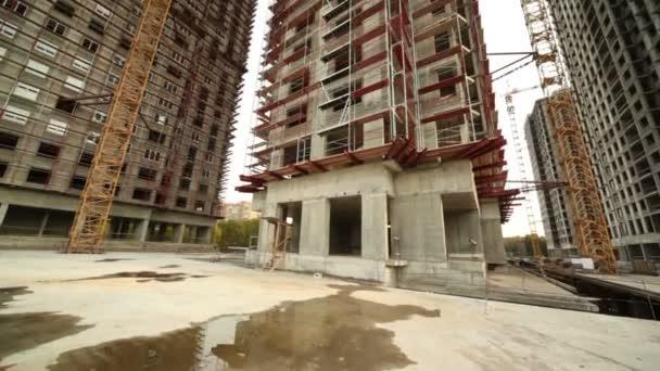 uvnitř budovy sídla mnoha vysokých budov ve výstavbě