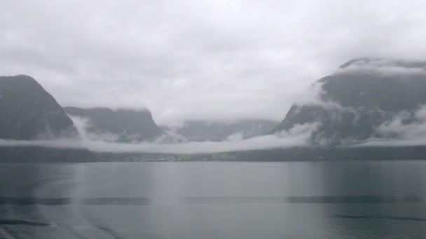 skalnaté pobřeží s bílými mlhy, časová prodleva