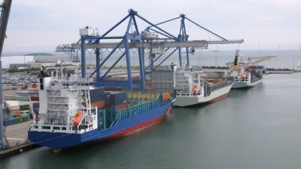 nákladní lodí s nákladem před větrné farmy na moři