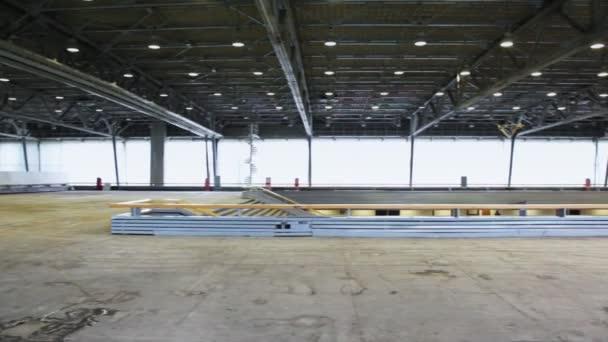 Panorama z prostorných prázdných patře budovy s součástí osvětlení