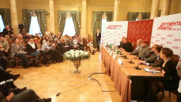 populární herci u stolu a novináři opak je