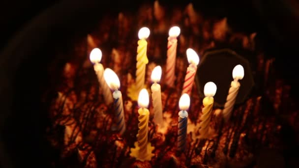 Boldog születésnapi torta égő gyertyát spirál, ami majd kialszik