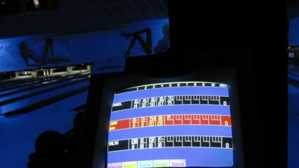 Zobrazit v bowling Clubu s zhasínání světel a lidí hraje v pozadí