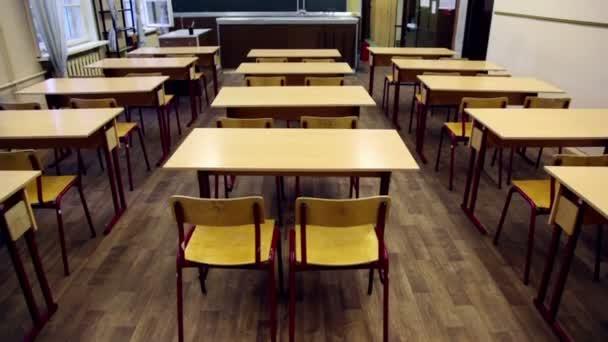 židle a stoly uvnitř prázdné fyzika školní třída, tabule s vzorci na něm