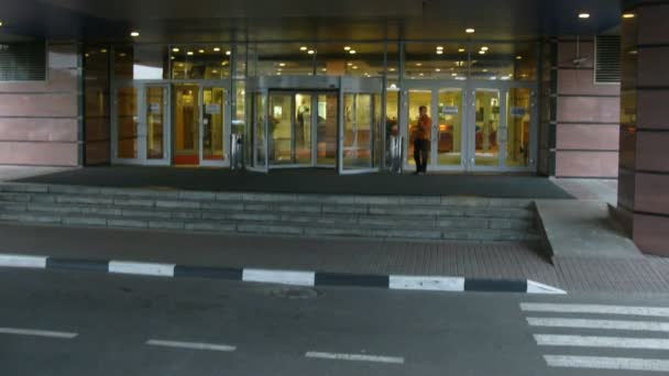 Menschen betreten / verlassen Hotel, Auto hat Links vom hotel