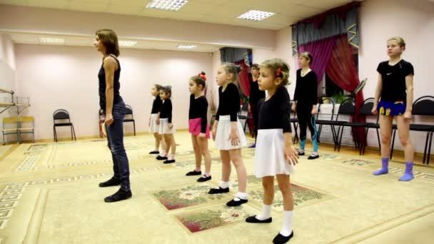 Mädchen-Züge mit Ballett Lehrer Zharova Svetlana im Erholungszentrum