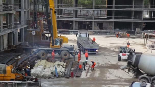 Zementmischer fährt weg Nächster kommt sofort