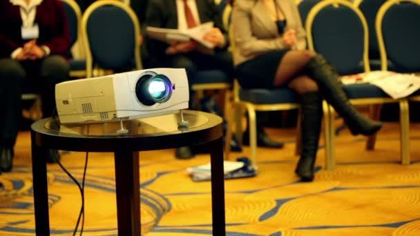 projektory na pozadí málo lidí v konferenční sál