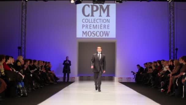muž nosí černý oblek od slava zaytzev chůze catwalk