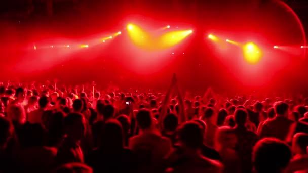 Tömeg nagy stadion rave party, nézet hátulról