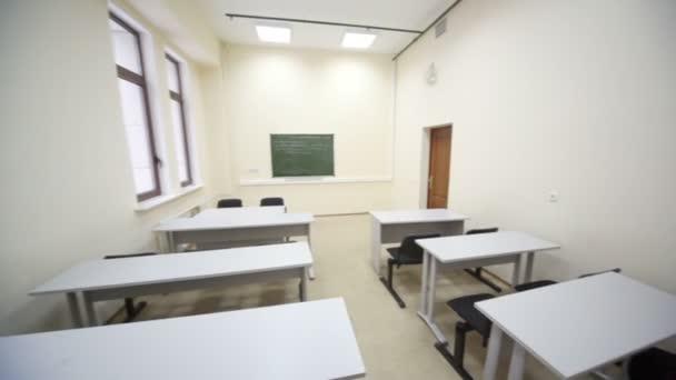 prázdné učebny s dřevěné školní lavice a židle jednoduché černé