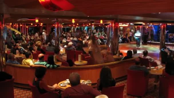 výkon v barech na palubě výletní lodi