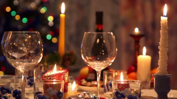 Vánoční jídelní stůl s lahve, sklenice, candy, svíčky