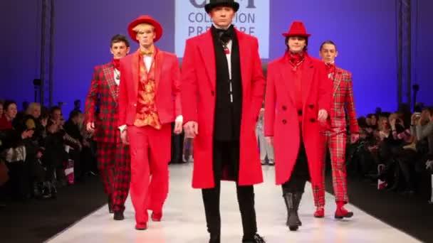 muži nosí červené šaty a cylindry od slava zaytzev chodit molu