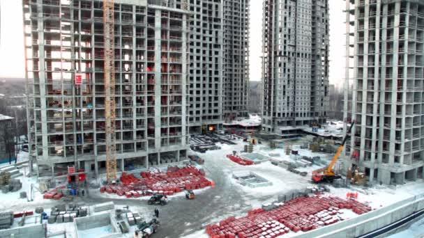 zaměstnanci a stavebních materiálů na staveništi v popředí ubytovně oblast panoráma