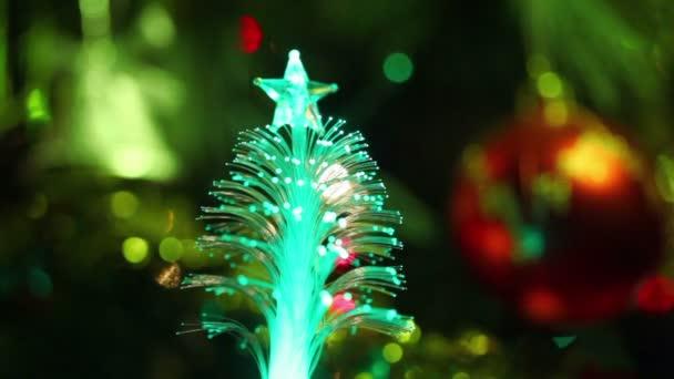 beleuchtete Souvenir als Nadelbaum mit Stern, Christbaumschmuck, rote Kugel