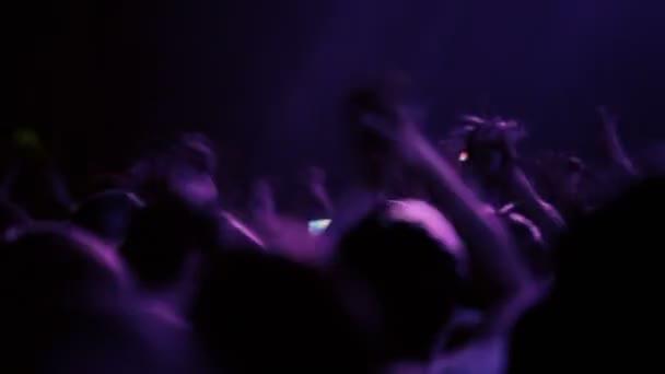 Sok ember taps rave Party