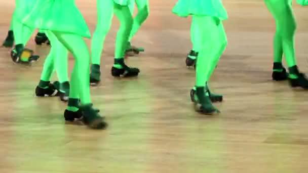 Több lány táncolni, csak a lábak láthatók
