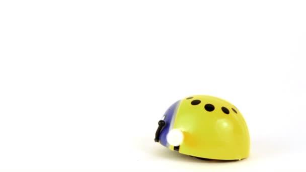 rukou pustit malé hračky beruška, která začne pohybovat vpřed