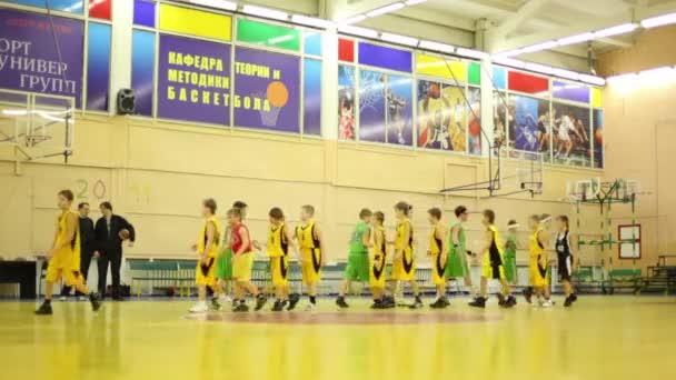 Rune és meghatározatlan csapat üdvözlés, a kosárlabda csarnokban