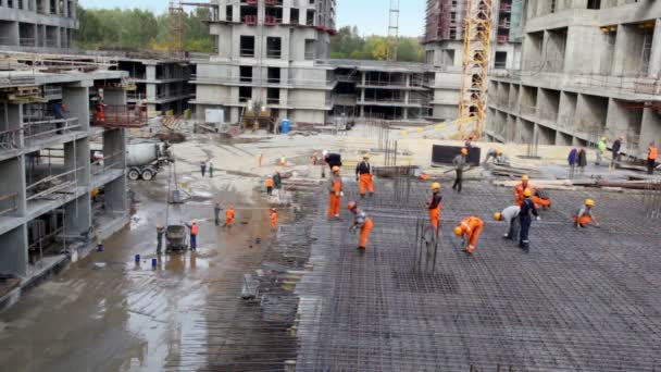 mnoha stavitelů v akci na staveništi