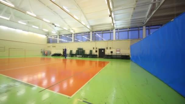čistý uvnitř osvětlený školní tělocvična volejbal