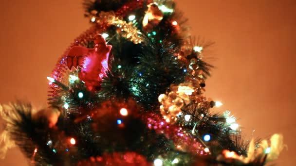 vánoční stromeček svítí barevná světla na pozadí zdi v místnosti