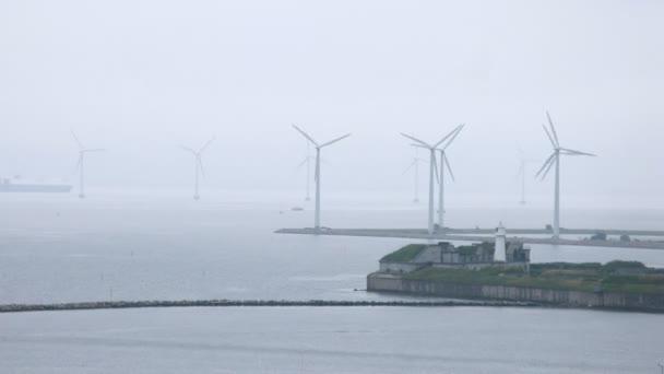 lodě projít mezi větrných farem v pochmurné počasí, časová prodleva
