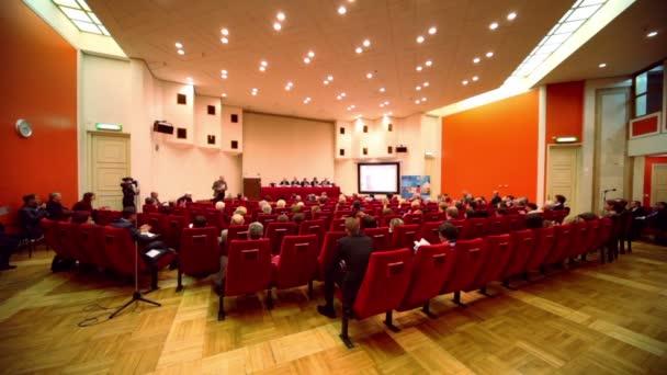 Menschen applaudieren Rede auf x globalem Strategieforum
