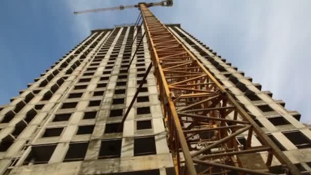 jeřáb stojan poblíž nedokončené stavby na staveništi