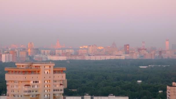 sluneční paprsky levice zdůrazňuje v windows mrakodrapů Moskva, pohled od střechy, časová prodleva