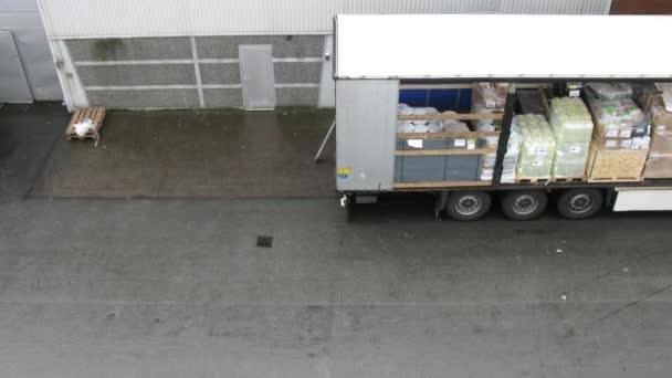 kamion plný zboží, umístěný blízko sklad, časová prodleva