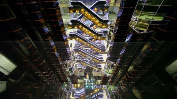eskalátory a výtahy o více patrech obchodu centrum Evropské