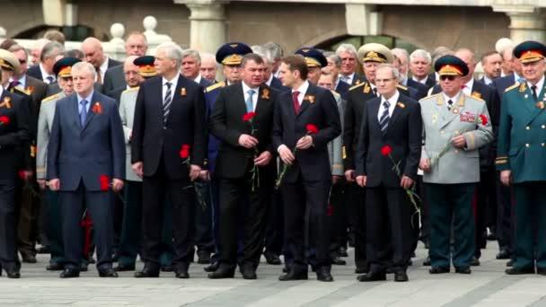 premiér Rusko v.putin drží květiny a stát s politikové a vojenští