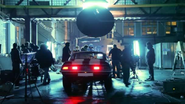 A filmes stáb tagjai vesznek részt a berendezések kerek autó