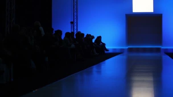 mnoho lidí čekají na zahájení módní přehlídky