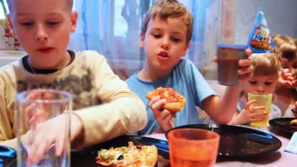 bambini seduti a tavola, celebrando la festa di compleanno